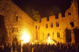 schloss-auerbach-feuerwerk-feuershow-innenhof-flammen