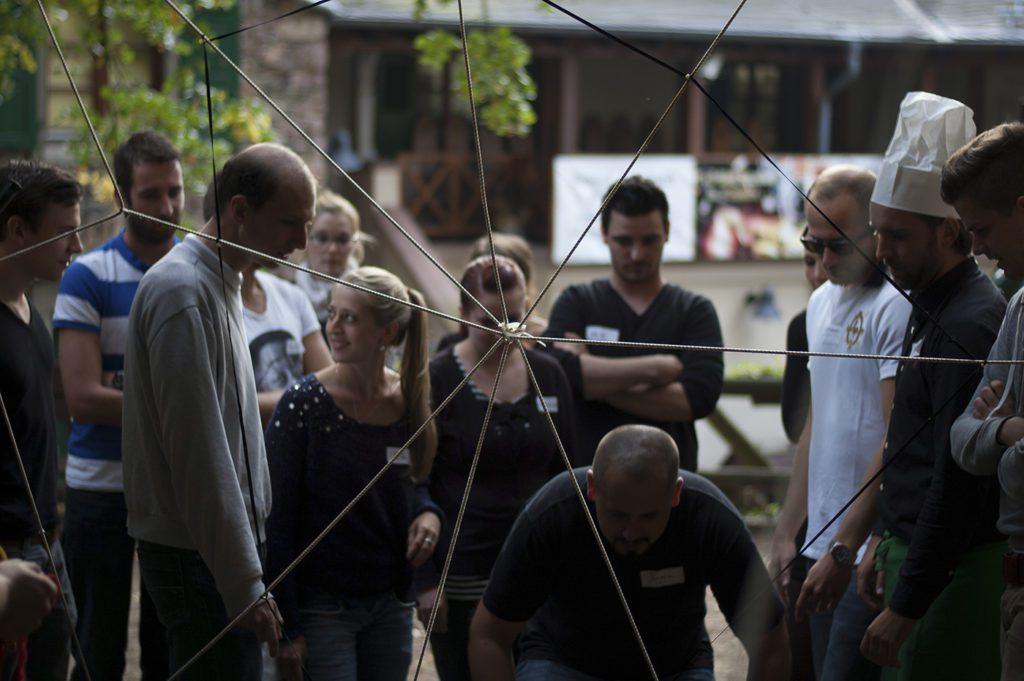 schloss-auerbach-teamspiele-outdoor-bogenschießen-armbrust-hufeisen-rahmfleck-blindlauf-segway-spinnennetz